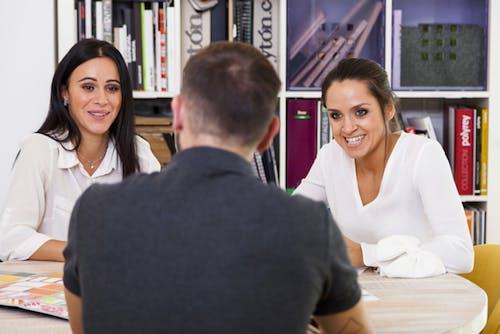2 Cara Ketika Pewawancara Tidak Berhenti Berbicara