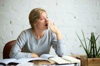 4 Cara Menyelesaikan Tugas Kantor yang Membosankan