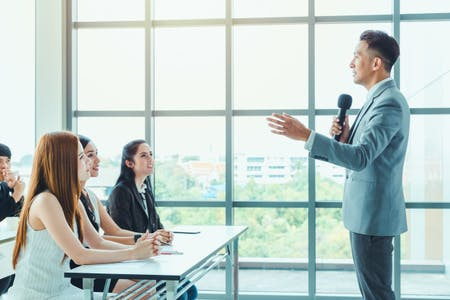 7 Cara Berbicara Di Depan Umum Agar Tidak Grogi