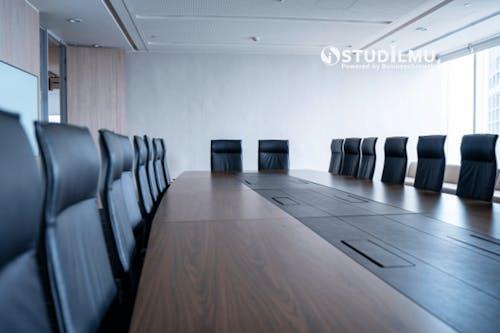 Bagaimana Cara Keluar dari Rapat Kerja yang Tidak Penting?