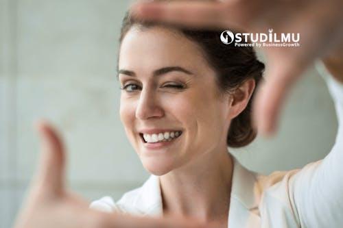 Apa Saja Manfaat Senyum di Dunia Kerja?