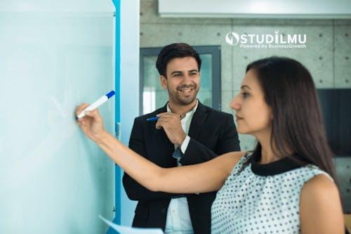 Etika Memuji Rekan Kerja di Lingkungan Kerja
